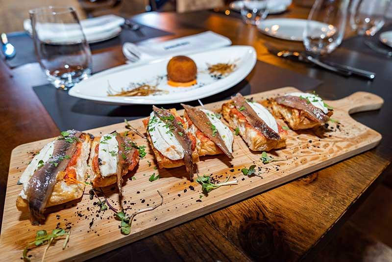 Tosta de tomate aliñado con anchoa y boqueron